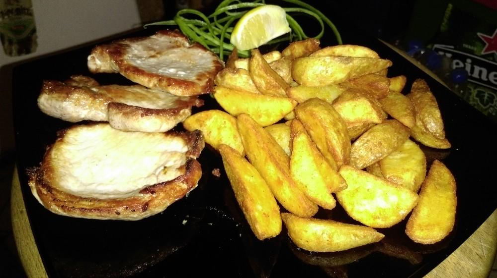Свински каренца на тиган с гарнитура пържени селски картофи